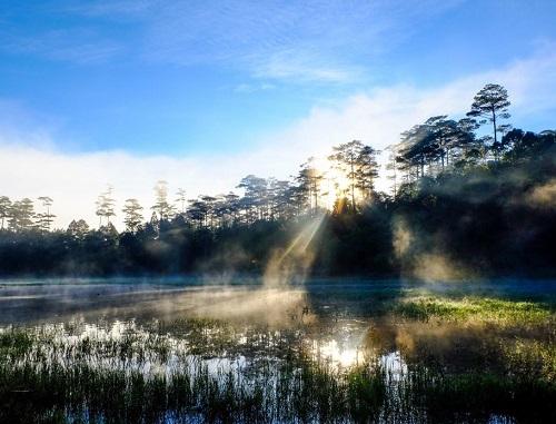 Ánh năng đầu tiên trên hồ Tuyền Lâm