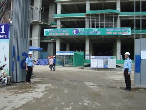 Cổng chính – vị trí quan trọng trong dịch vụ bảo vệ công trình xây dựng