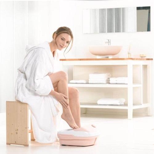 Thư giãn bằng bồn ngâm chân massage