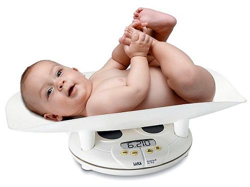 Cân sức khỏe kiểm tra cân nặng cho trẻ