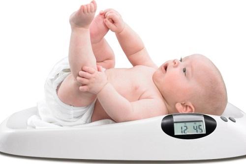 Hướng dẫn đo cân nặng của trẻ bằng cân sức khỏe