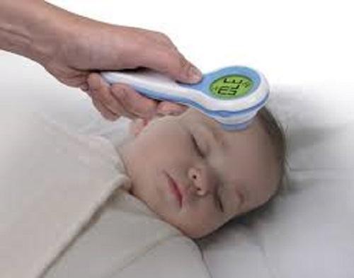 Sử dụng nhiệt kế đo tai hay đo trán cho bé?