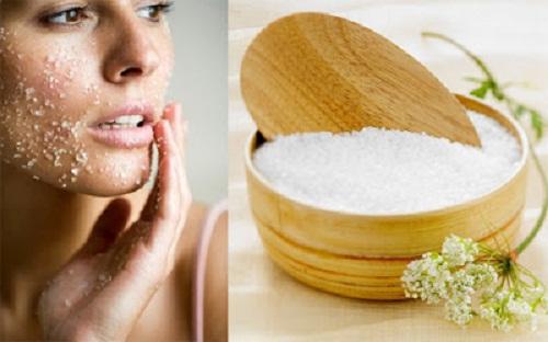 Rửa vết thương bằng nước muối sinh lý