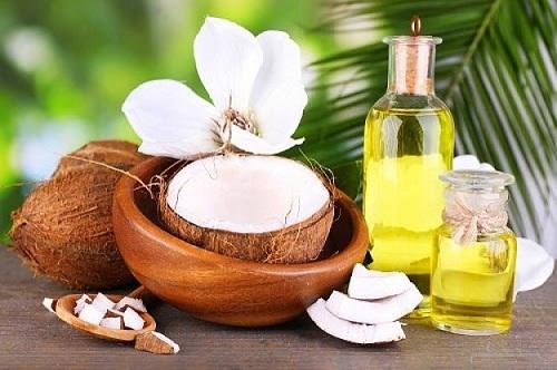 Sử dụng dầu oliu hay dầu dừa để môi luôn mềm mại