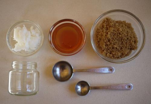 Tẩy tế bào chết cho đôi môi bằng hỗn hợp đường, muối và vaseline