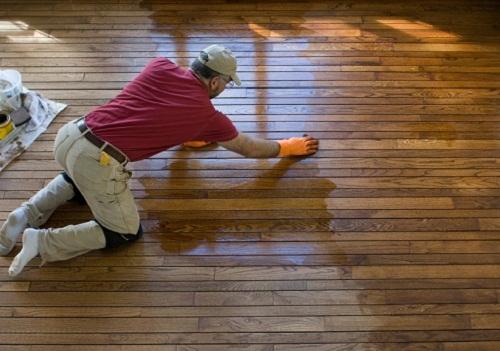 Lau khô sàn nhà bị thấm nước để tránh phồng rộp bề mặt