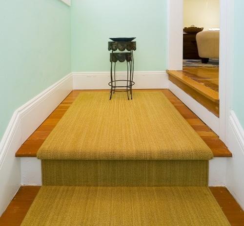 Thảm đơn giản cùng màu với cầu thang