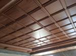 Đục gạch chân tường để thi công sàn gỗ, trần gỗ có nên không?