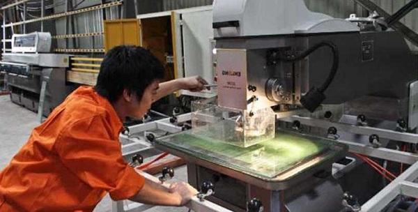 Quá trình cắt kính cường lực đòi hỏi tay nghề và trình độ chuyên môn cao