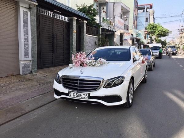 Dòng xe cao cấp như Mercedes được nhiều người chọn thuê để rước dâu