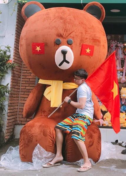 Tạo dáng với gấu khổng lồ