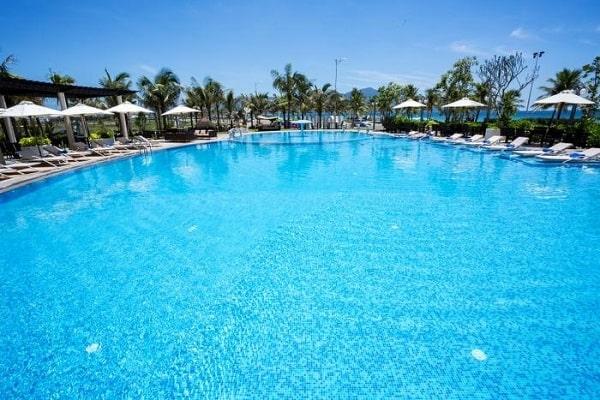 Làm sạch nước bể bơi phải theo đúng trình tự và liều lượng hóa chất vừa đủ