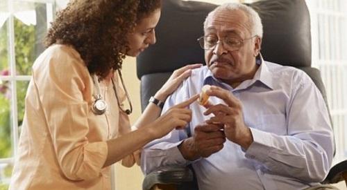 Cẩn thận khi dùng thuốc cho người già, nhất là thuốc kháng sinh