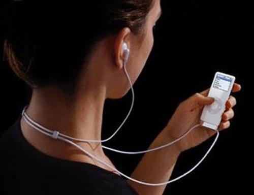 Dùng tai nghe còn giúp làm chệch hướng luồng sét ra khỏi tim