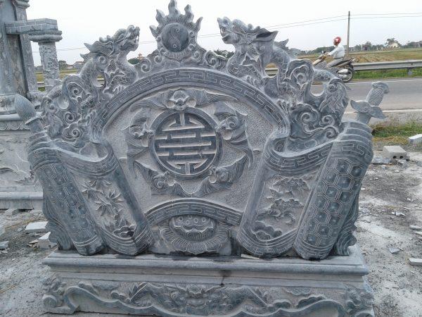 Mẫu cuốn thư đá được chạm khắc chữ thọ và hình ảnh năm con dơi cuốn xung quanh chữ thọ rất đặc biệt