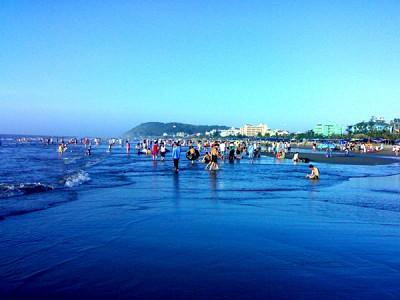Tắm biển khi du lịch Hải Hòa