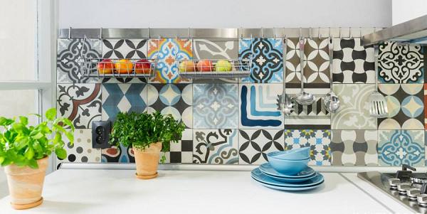 Mảng tường nhà bếp được dùng gạch bông trang trí theo phong cách phối ngẫu nhiên