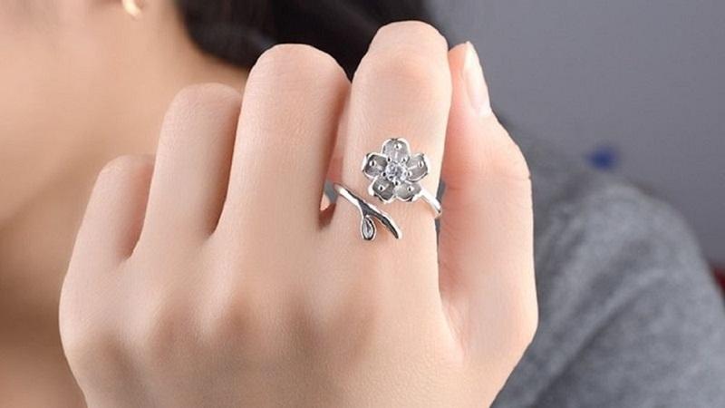 đeo nhẫn bạc ngón trỏ
