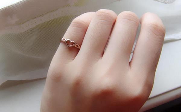 đeo nhẫn bạc ngón út