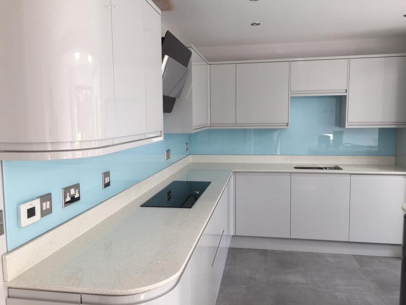Kính màu ốp bếp Nam Phương Window đem lại sự sang trọng, hiện đại cho căn bếp