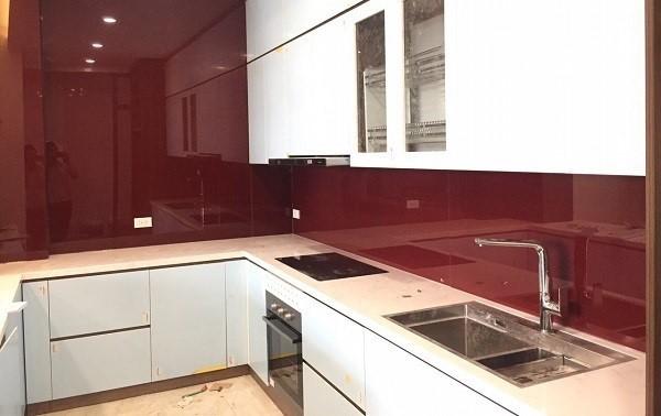 Mẫu kính ốp bếp màu đỏ ruby