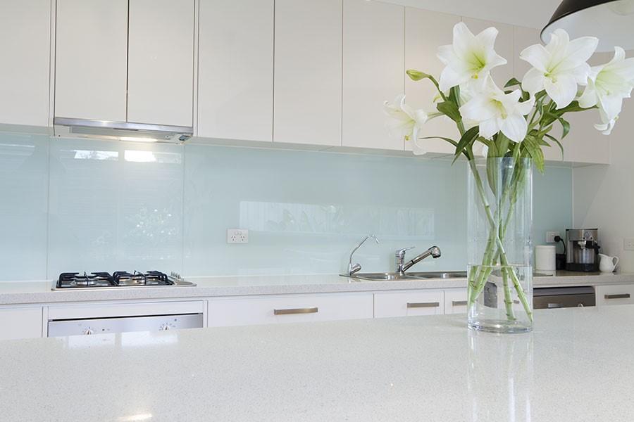 Thi công kính màu ốp bếp tại Hà Nội