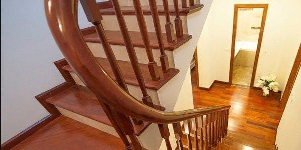Những mẫu cầu thang gỗ đẹp phổ biến hiện nay trên thị trường