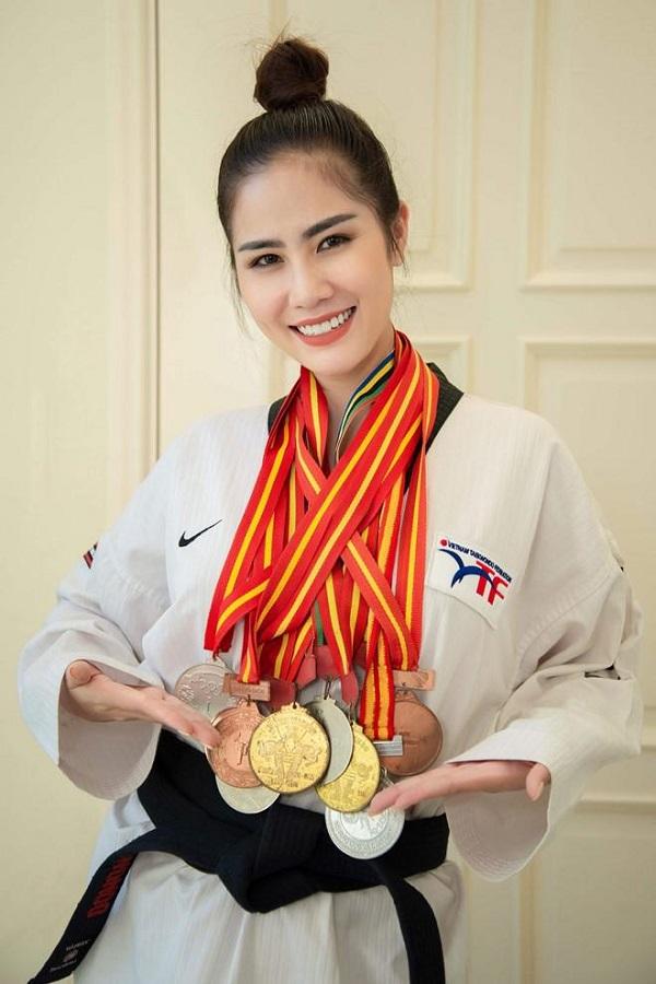 Huy chương đồng cho một cuộc thi Taekwondo được phủ sơn màu