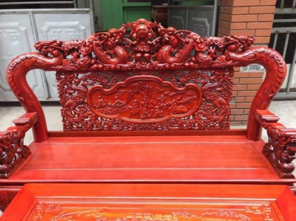 Gỗ gõ đỏ khá dễ dàng trong việc chạm khắc để tạo nên các sản phẩm đẹp