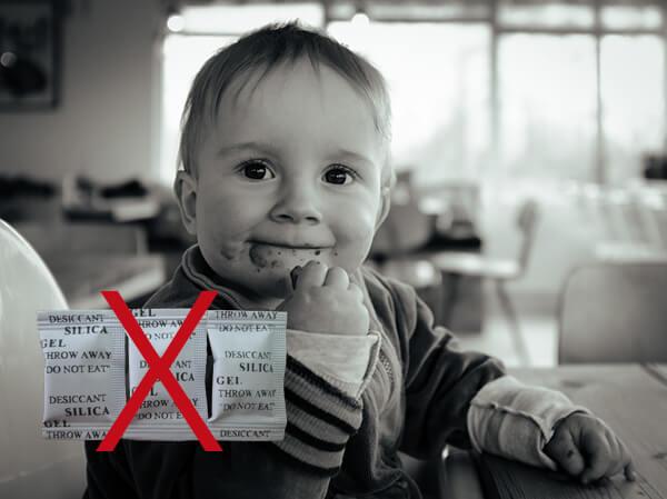 Tránh cho trẻ tiếp xúc hạt chống ẩm
